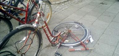 A very broken bike, but not a mountain bike.